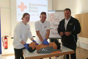 Die beiden angehenden Sanitäter Katharina Zwicke und Lukas Uhlitzsch mit dem Ausbildungsleiter Michael Karlstetter (rechts)